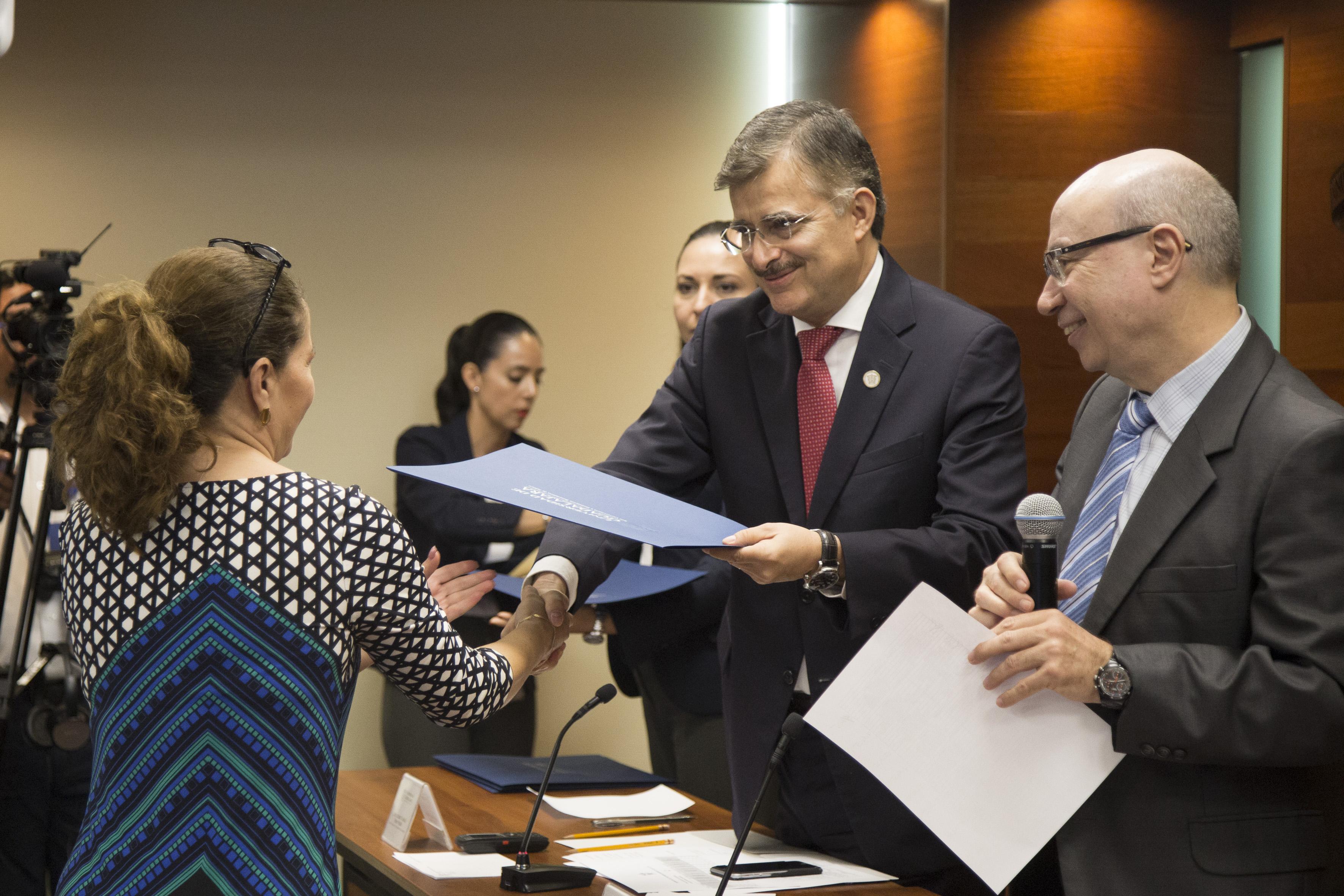 Consejera recibiendo constancia  de parte del Rector General de la Universidad de Guadalajara (UdeG), maestro Itzcóatl Tonatiuh Bravo Padilla