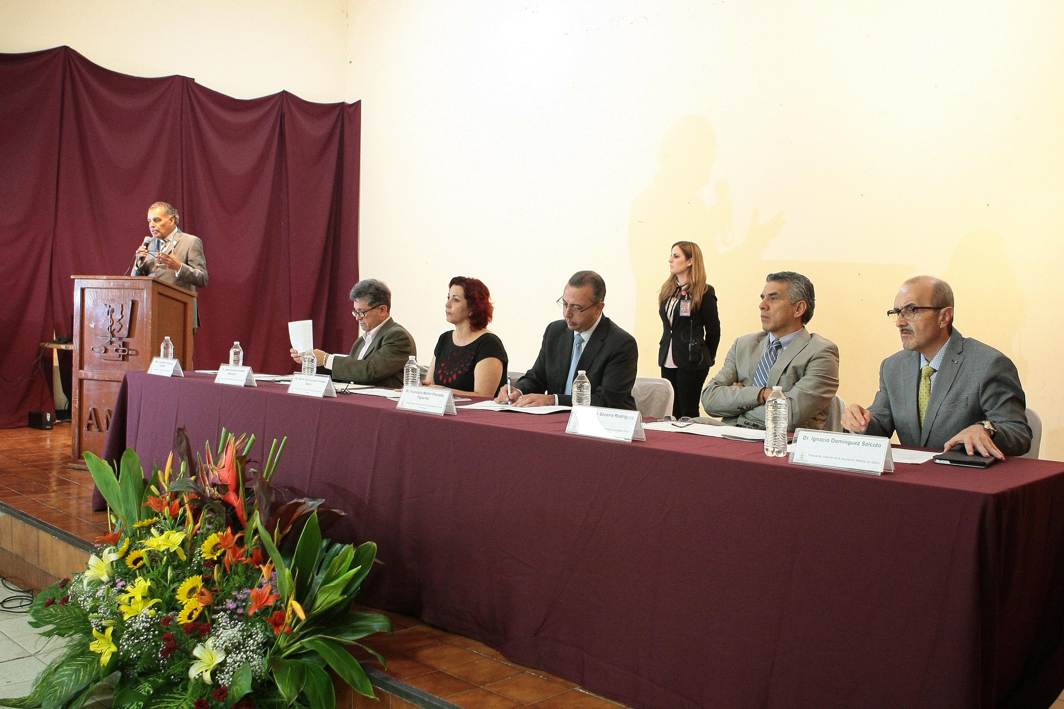 """Miembros panelistas participantes en el foro """"Cuidados paliativos en medicina con base en cannabis (aliada o enemiga)"""", dentro de la XXXIII Asamblea Médica de Occidente, en Casa del Médico de la Asociación Médica de Jalisco (AMJ)."""