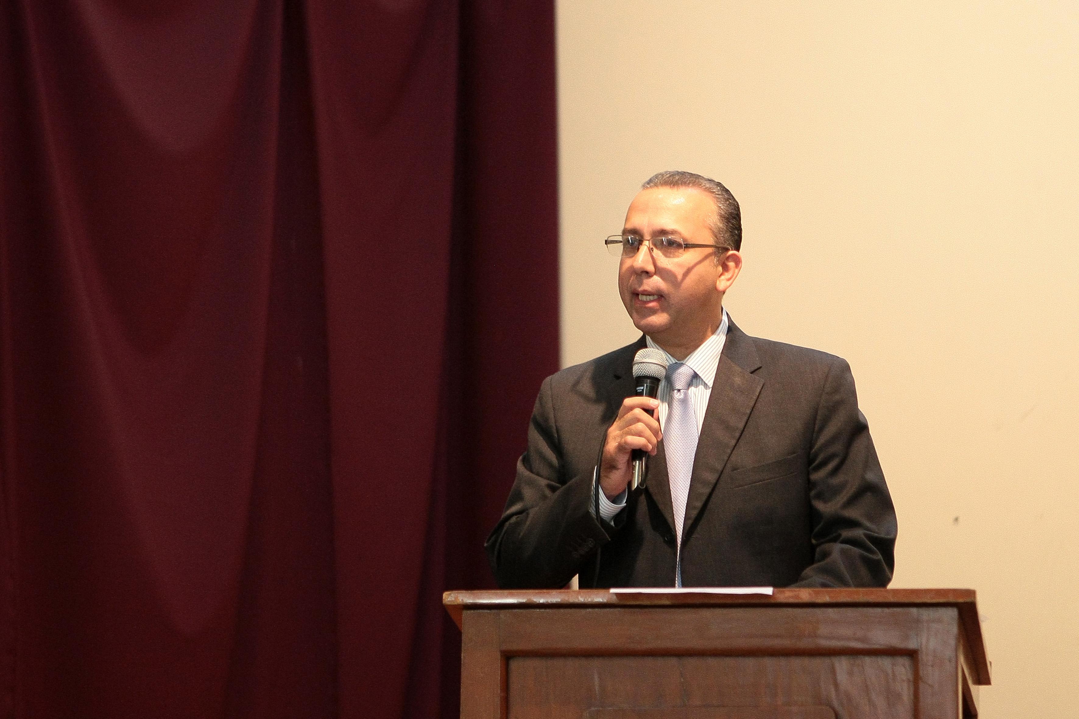 """Doctor Francisco Preciado Figueroa, director del Hospital Civil """"Juan I Menchaca"""", con micrófono en mano y arriba del podium, haciendo uso de la palabra."""