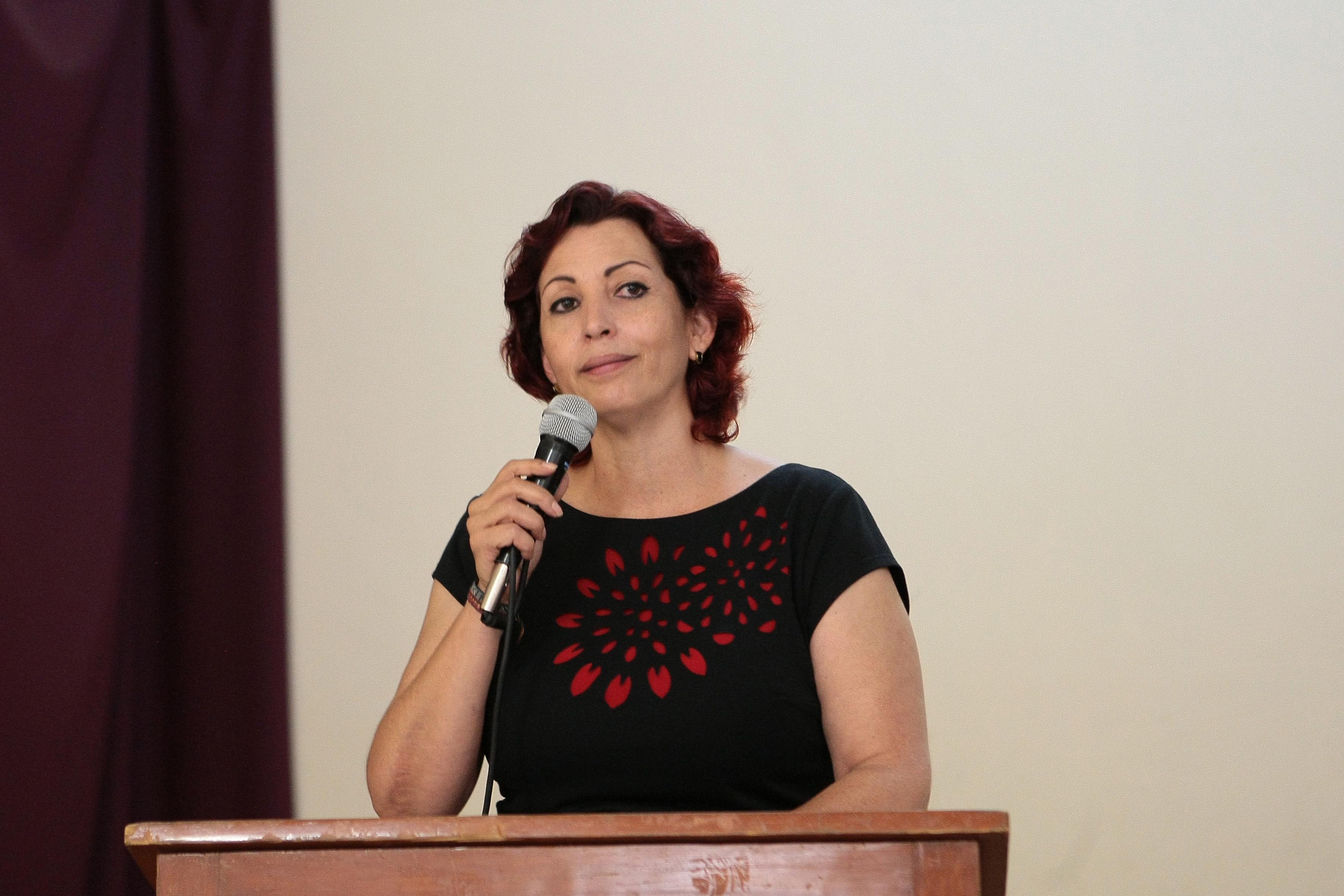 La diputada María del Consuelo Robles Sierra, presidenta de la Comisión de higiene y salud del Congreso del Estado, con micrófono en mano y arriba del podium, haciendo uso de la palabra.