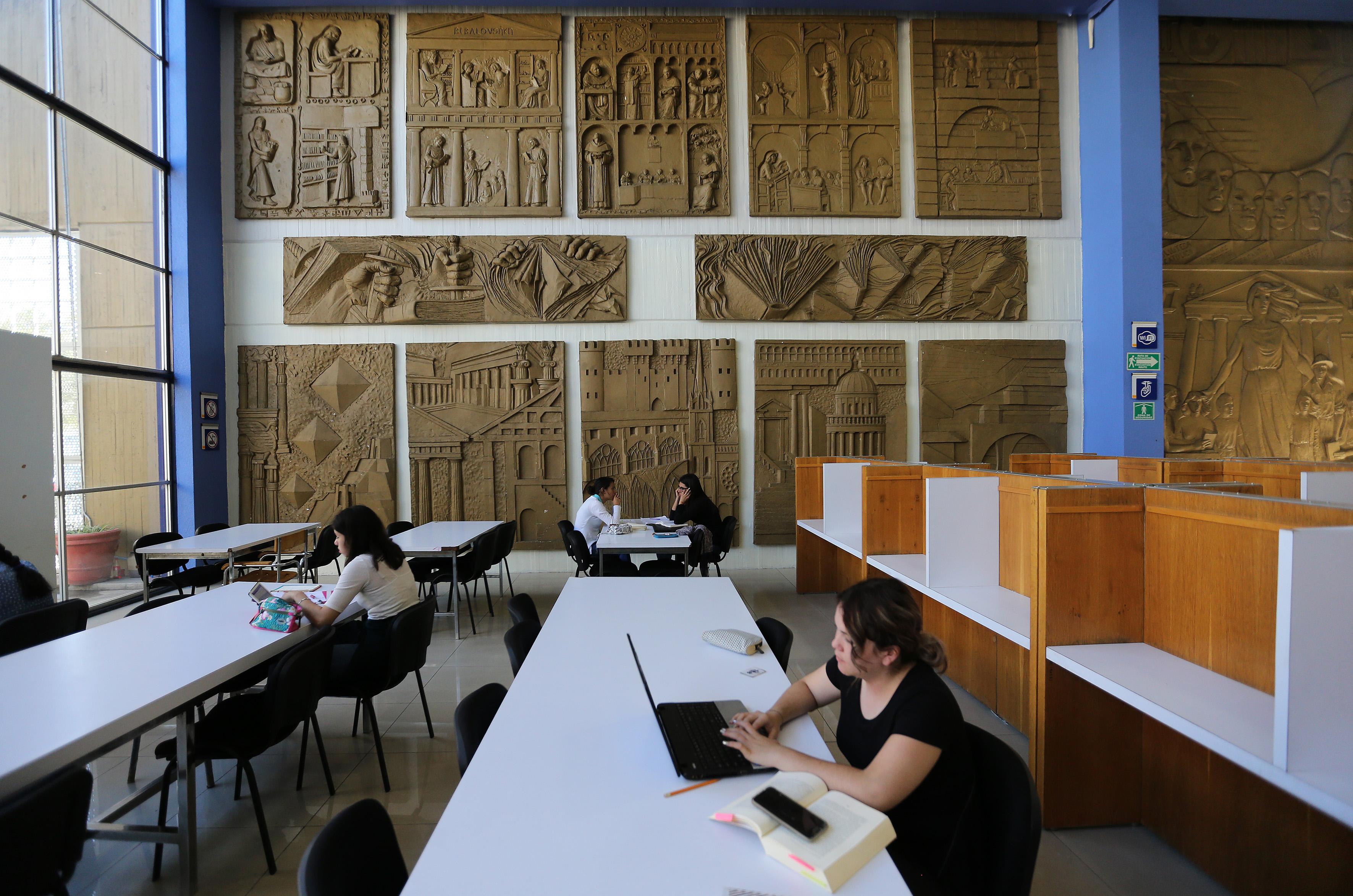 Alumnos utilizando las instalaciones de la  Biblioteca Manuel Rodríguez Lapuente del Centro Universitario de Ciencias Sociales y Humanidades (CUCSH) de la Universidad de Guadalajara (UdeG), sede La Normal