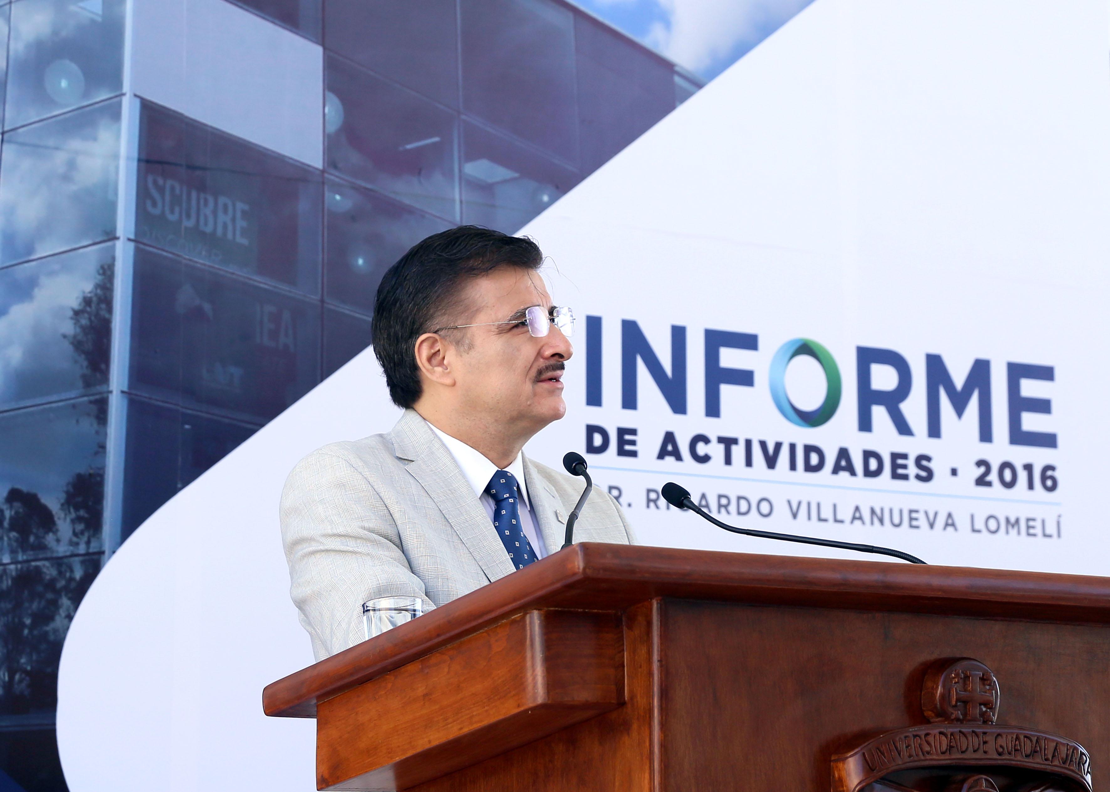 Rector General de la UdeG, maestro Itzcóatl Tonatiuh Bravo Padilla haceindo uso de la palabra