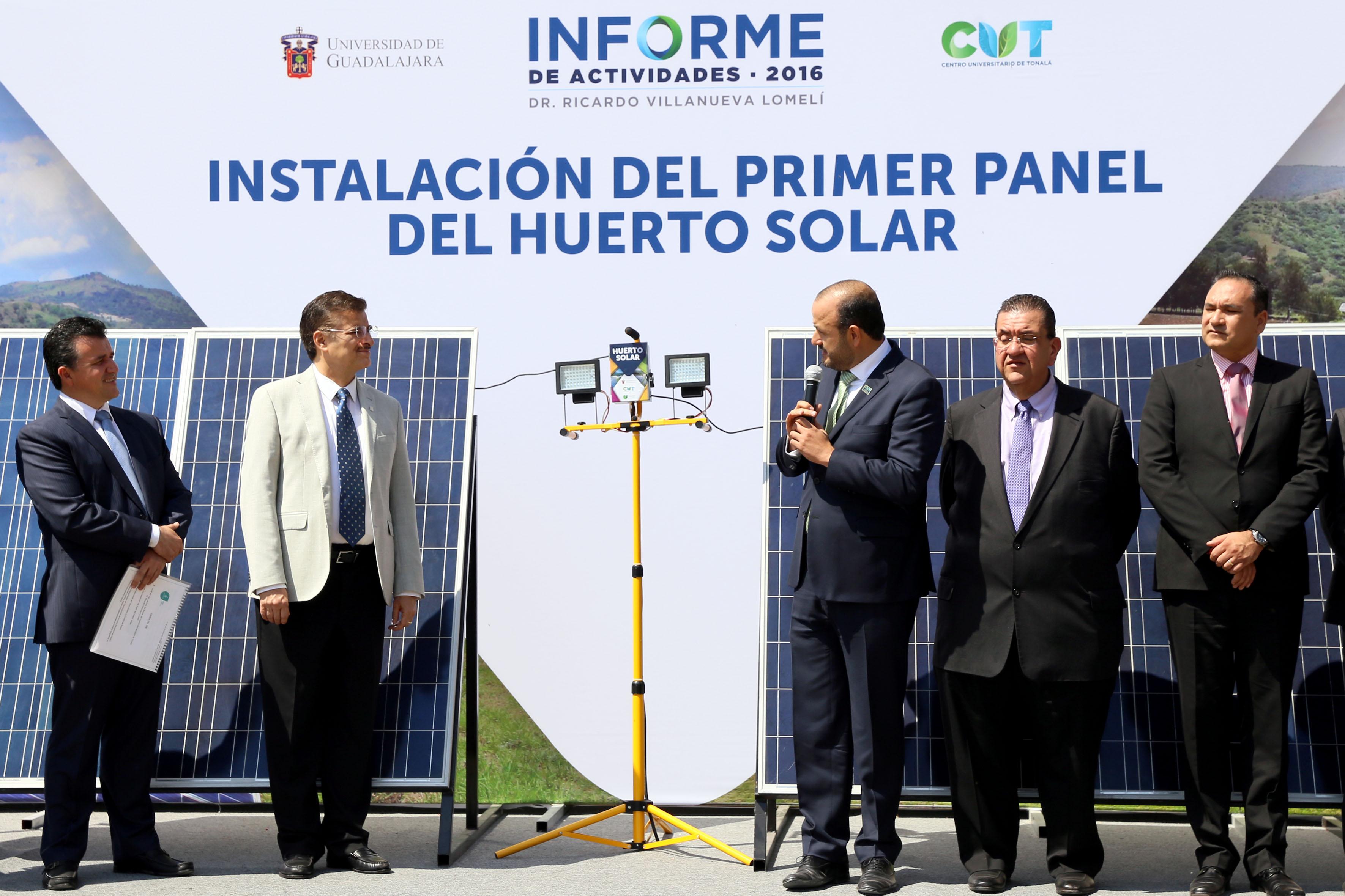 Rector General de la UdeG, maestro Itzcóatl Tonatiuh Bravo Padilla y Rector Ricardo Villanueva Lomelí inaugurando el primer huerto solar de la Red Universitaria