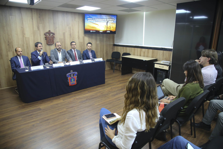 Director de Customer Solutions de Engie, doctor Pablo Martínez González, haciendo uso de la palabra, durante rueda de prensa