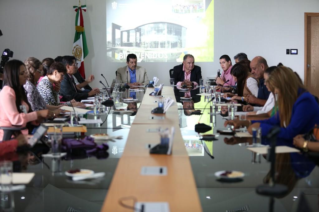 Reunión de representantes de la Delegación Regional de Servicios Educativos y del Equipo Interdisciplinario de Intervención Psicopedagógica en Ameca, para firma del acta constitutiva del Comité Intersectorial para la Prevención del Acoso Escolar, con el gobierno municipal y el Centro Universitario de los Valles.