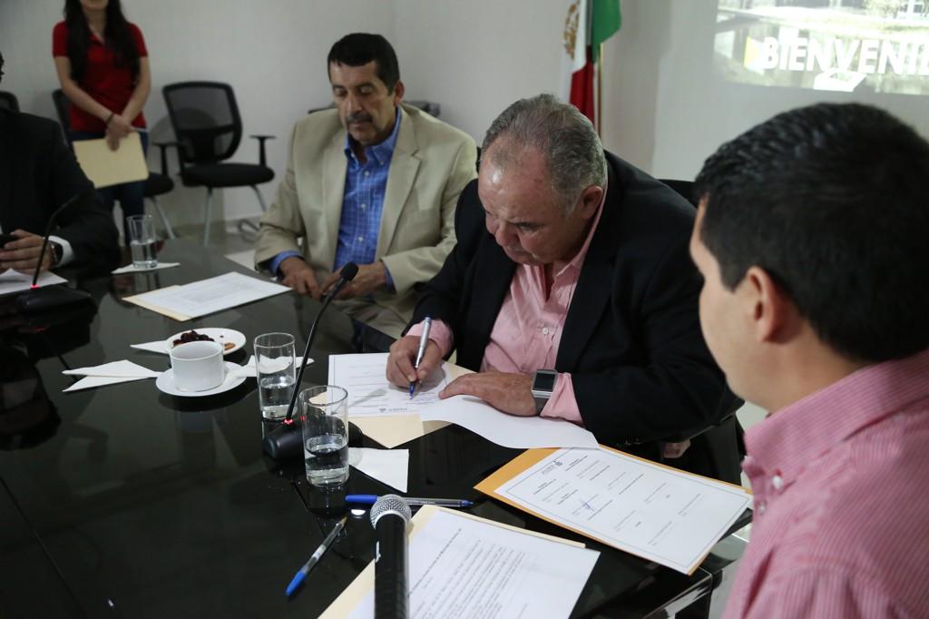 Representantes del Comité Intersectorial para la Prevención de Acoso Escolar en Ameca, firmando el acuerdo de colaboración.