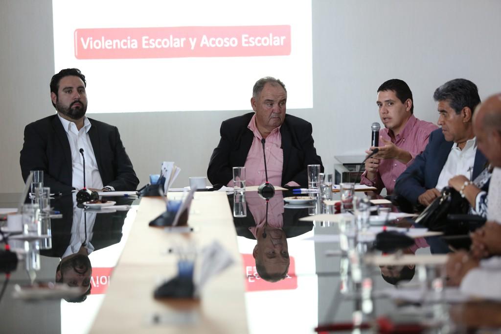 Miembro panelista participante en reunión haciendo uso de la palabra.