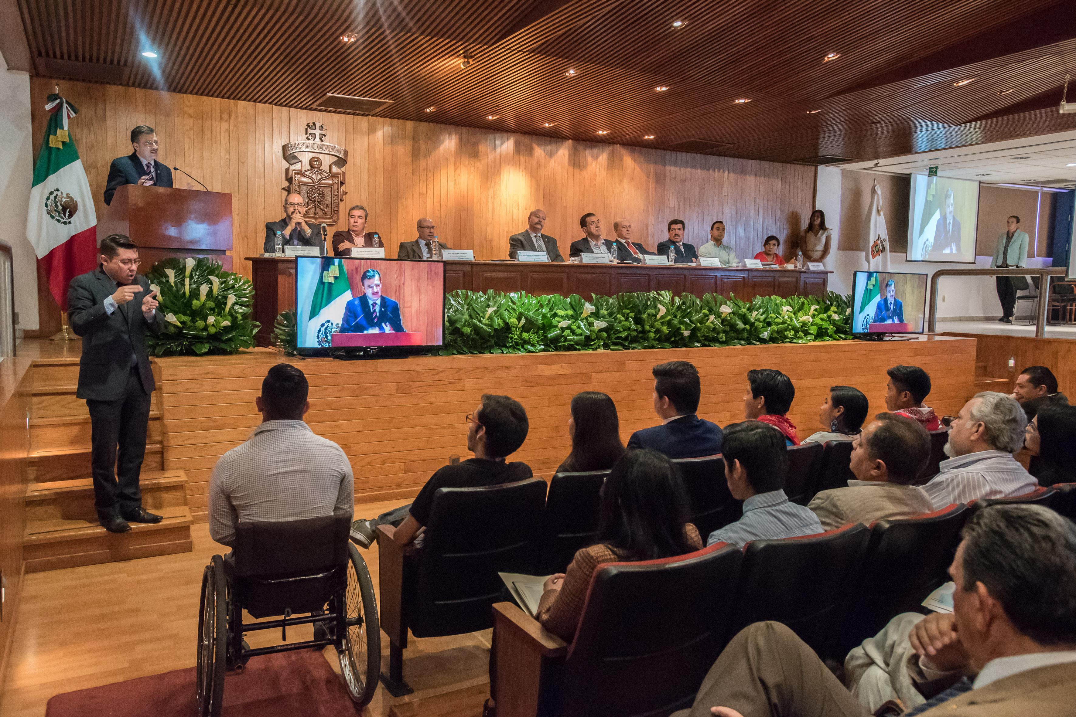 Rector General de la UdeG, maestro Itzcóatl Tonatiuh Bravo Padilla hablando frente al micrófono