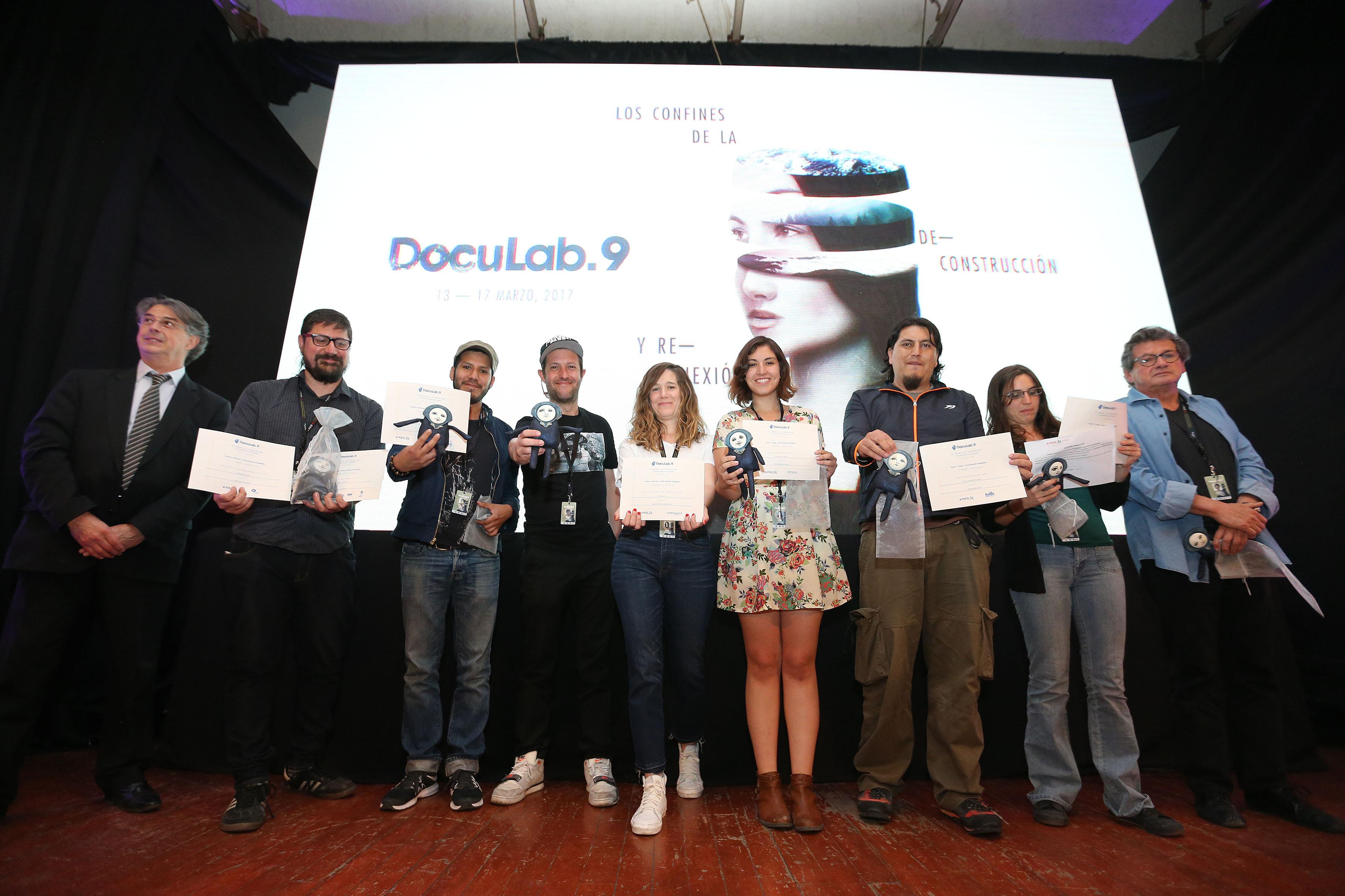 """Jóvenes ganadores de la novena edición de """"Doculab GDL"""", mostrando sus premios y reconocimientos."""