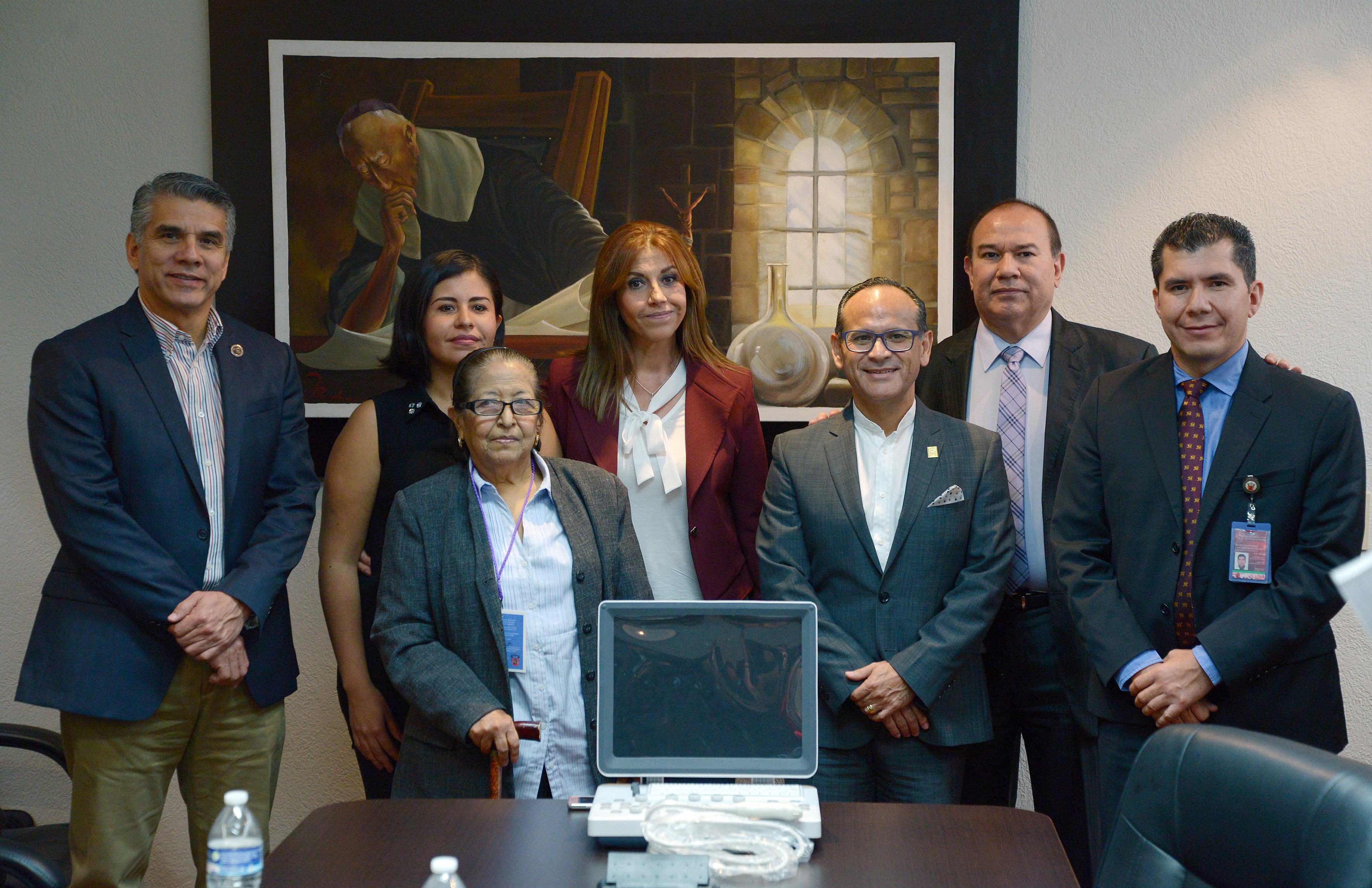 """Autoridades del Antiguo Hospital Civil de Guadalajara (HCG) """"Fray Antonio Alcalde"""" recibiendo  Equipo de ultrasonido portátil """"Ecco doppler color"""""""