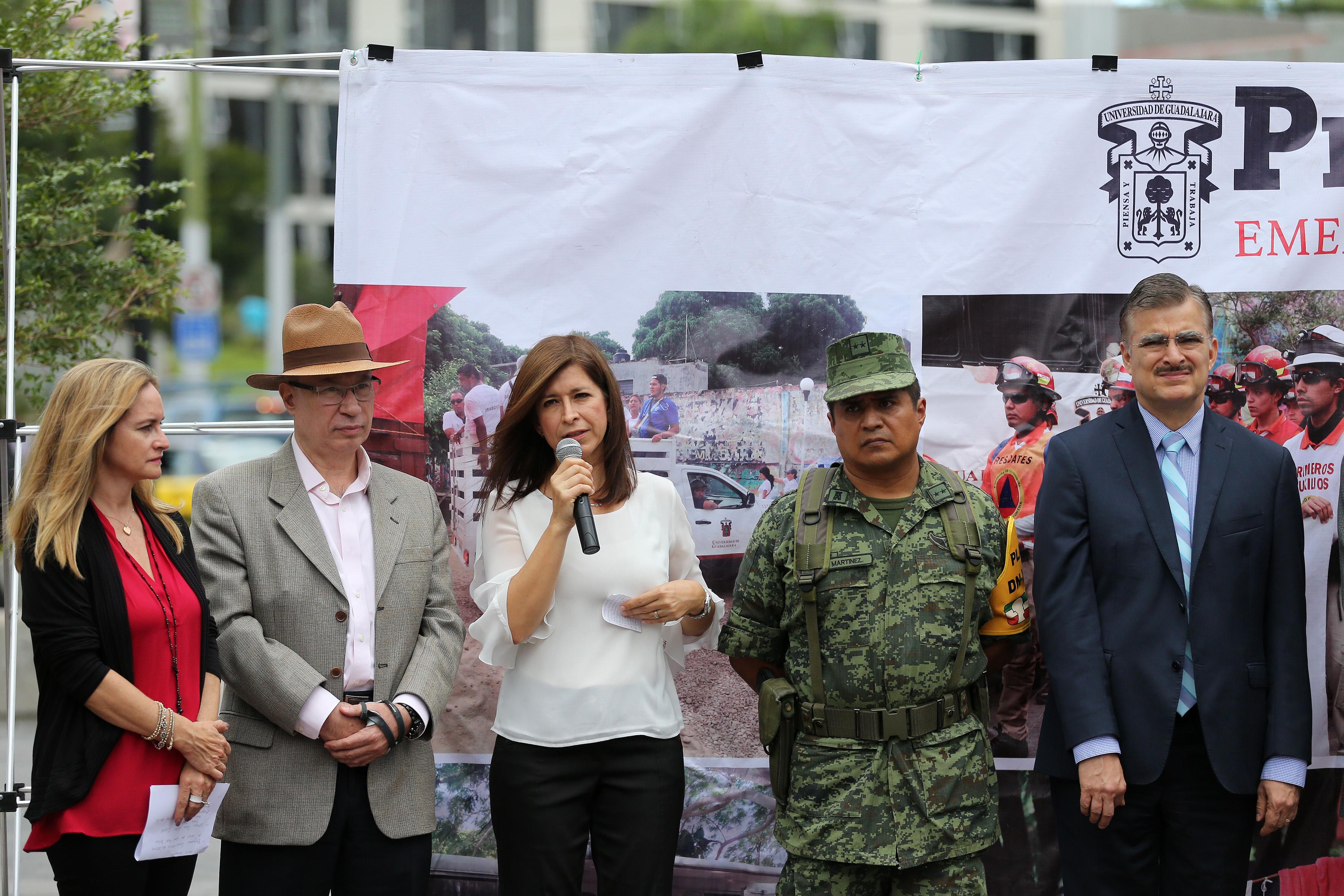 Mónica Caballero de Ibarra, Presidenta del Club del Libro del American School Fundation of Guadalajara, agradeciendo el apoyo de los donantes y sus familias.