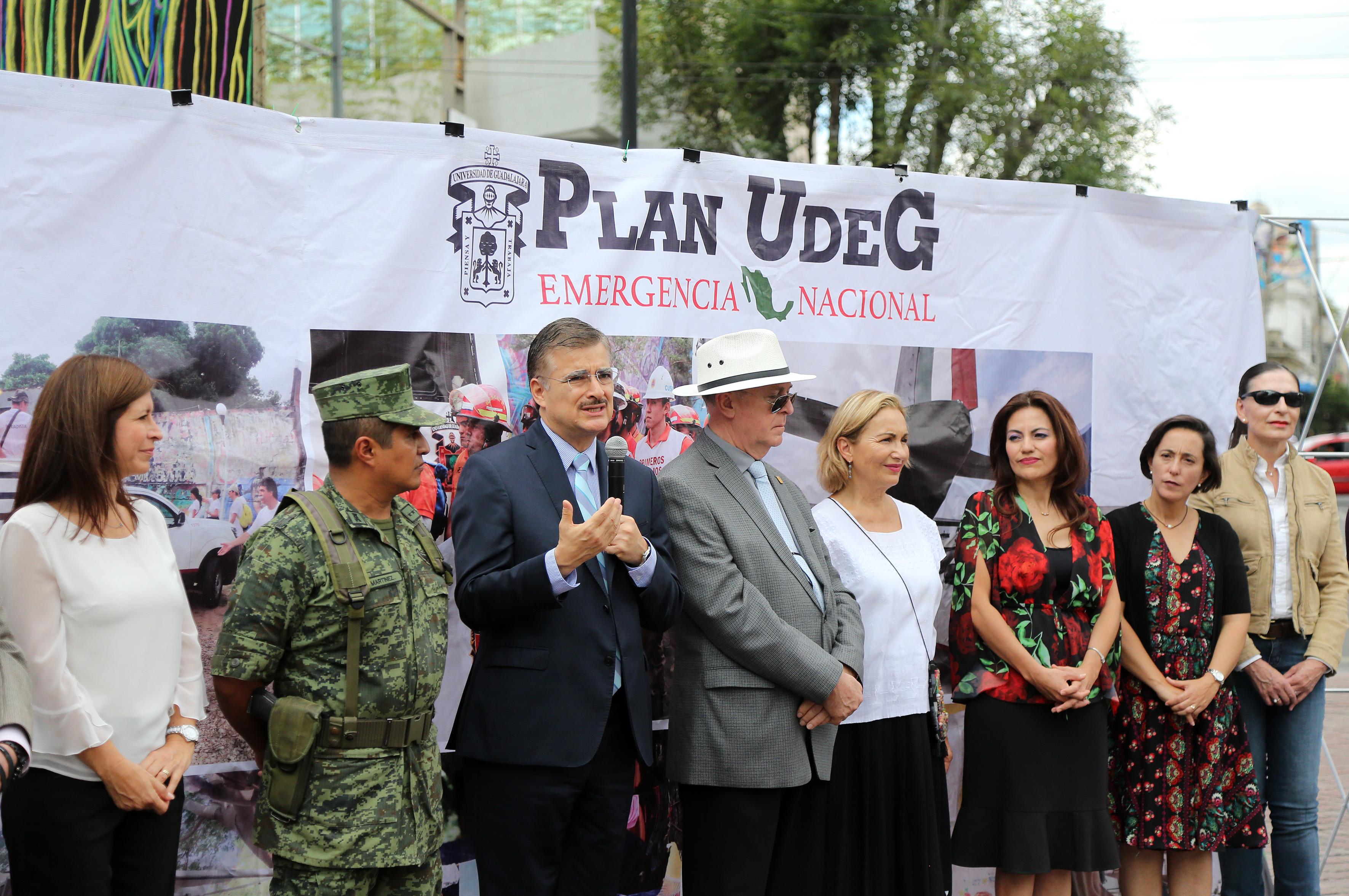 Maestro Itzcóatl Tonatiuh Bravo Padilla, Rector General de la Universidad de Guadalajara, informando detalles de la fase dos del Plan UdeG Emergencia Nacional.