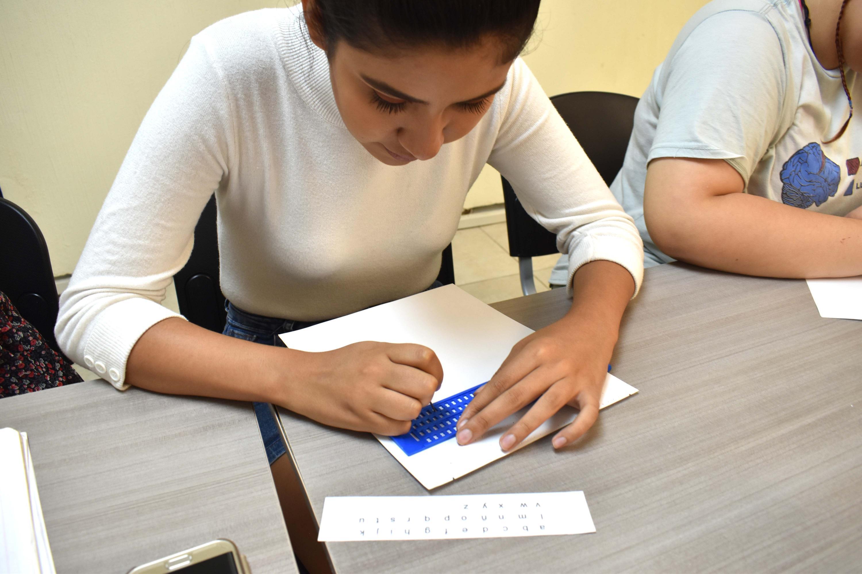 Persona práctica el sistema de lectoescritura Braille, es el objetivo del curso básico que durante cuatro semanas y de manera gratuita se imparte en UDGVirtual