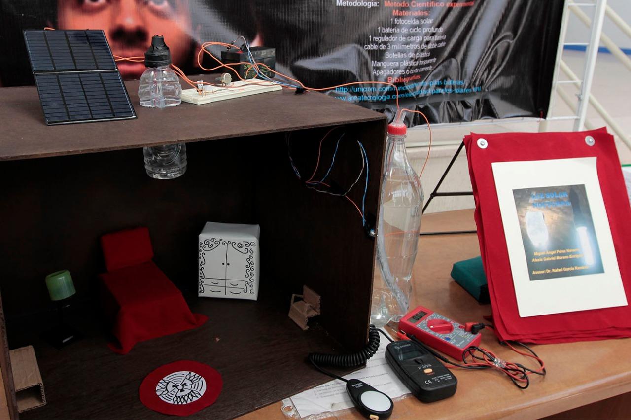 Experimento sobre una casa habitación a escala, utilizando un sistema de energía solar.