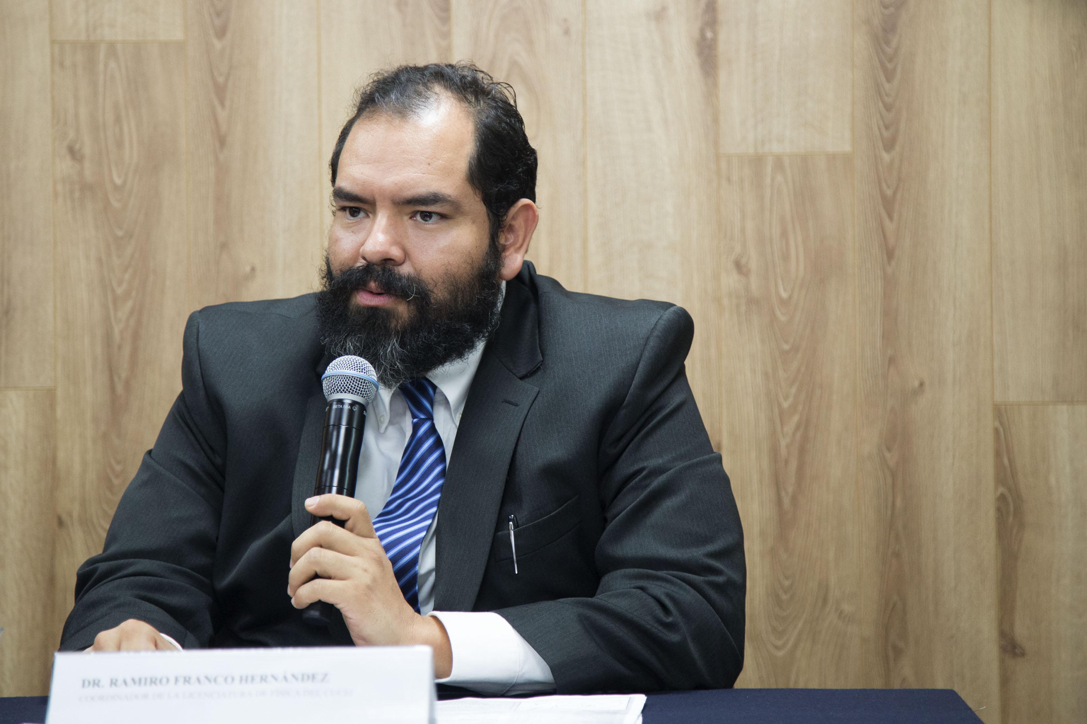 Doctor Ramiro Franco Hernández, coordinador de la licenciatura en Física del Centro Universitario de Ciencias Exactas e Ingenierías (CUCEI) haciendo uso de la palabra.