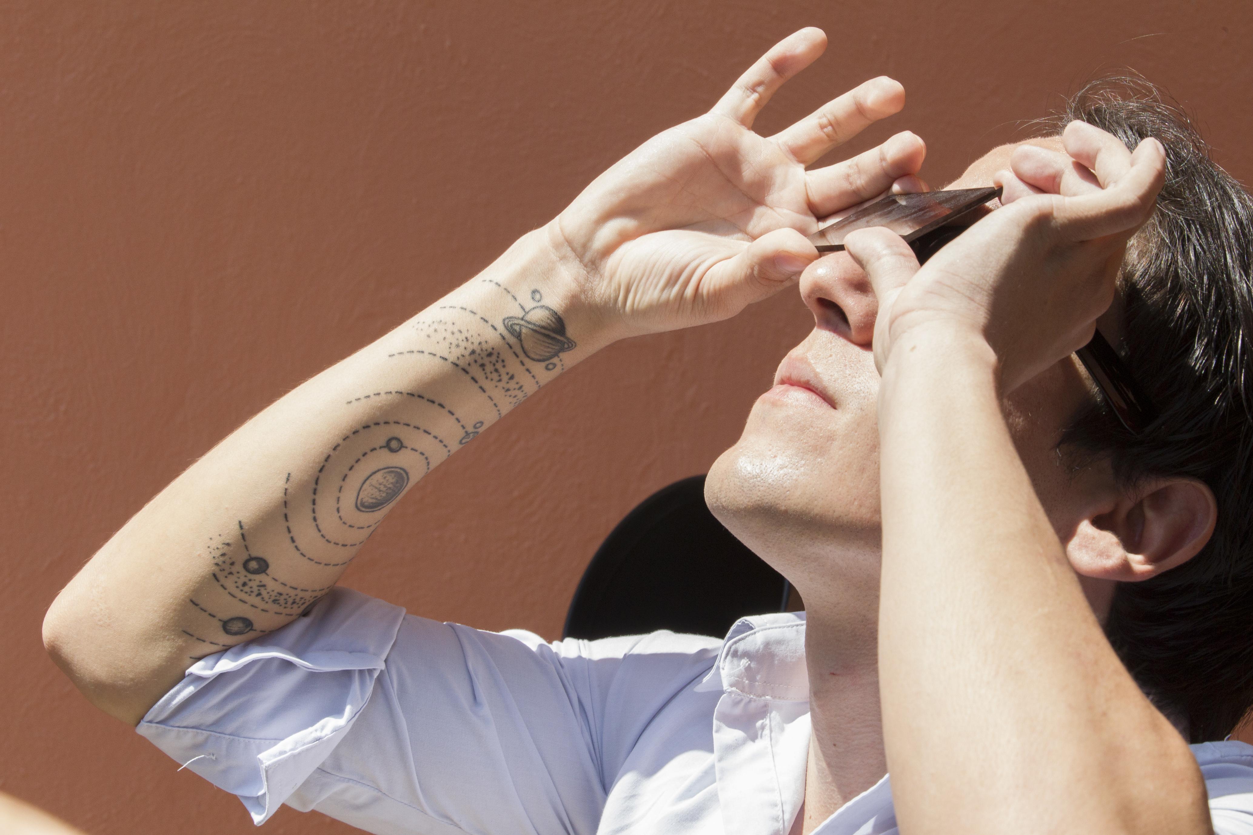 Visitante al Instituto de Astronomía y Meteorología (IAM) de la UdeG observando el eclipse solar