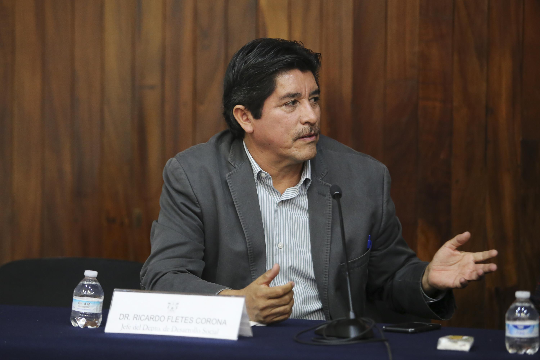 Dr. Ricardo Fletes Corona, Jefe de Departamento de Desarrollo Social del CUCSH, expresando su punto de vista.