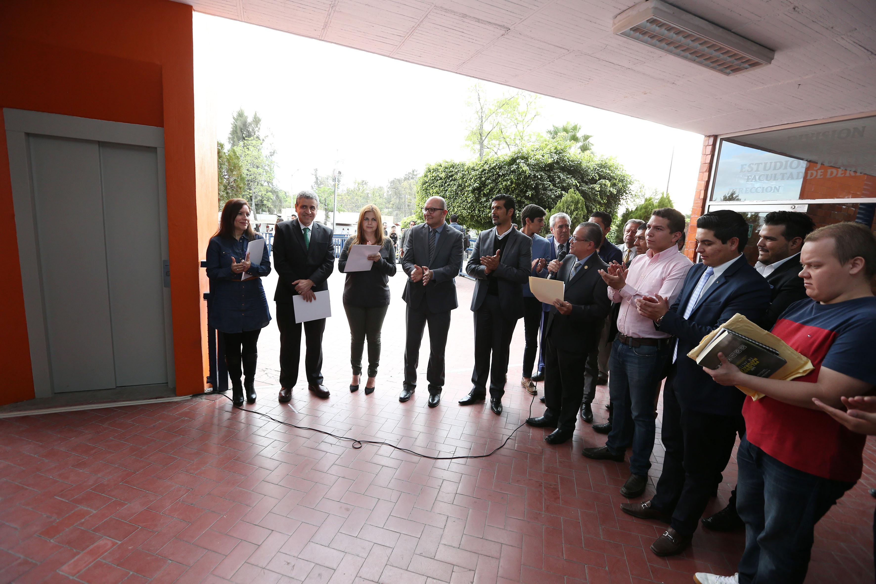 Autoridades de CUCSH inaugurando elevador para personas con capacidades diferentes, como parte del programa Universidad Incluyente.