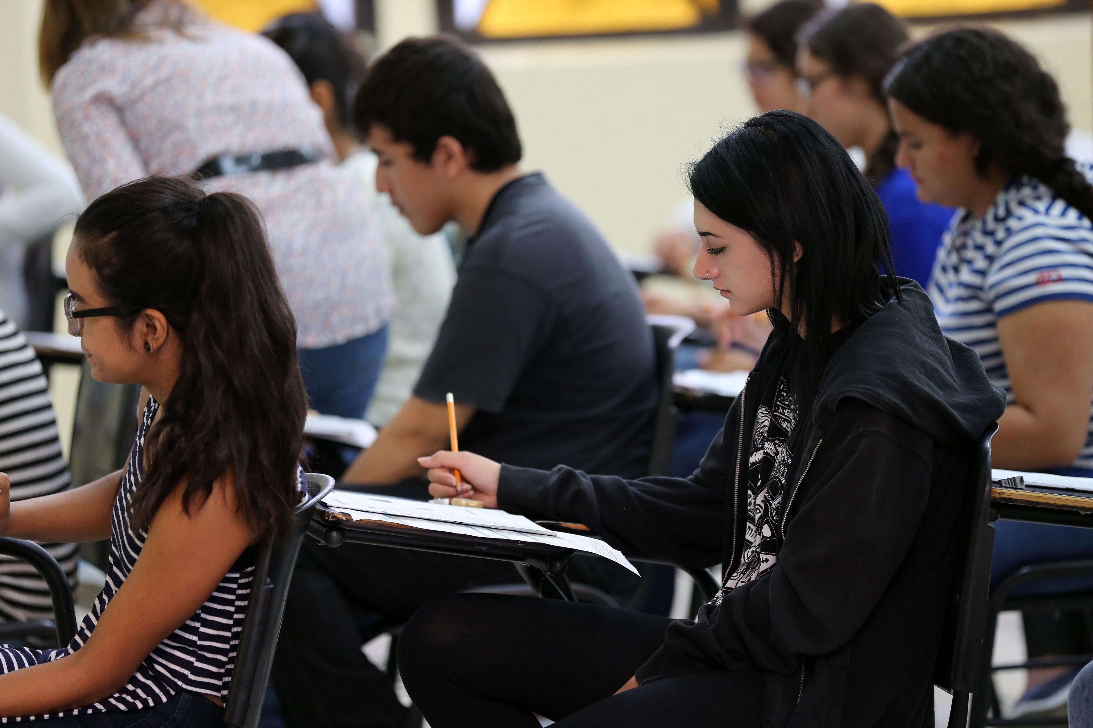 """Jóvenes realizando examen de  """"Piensa II"""" para ingresar al SEMS"""