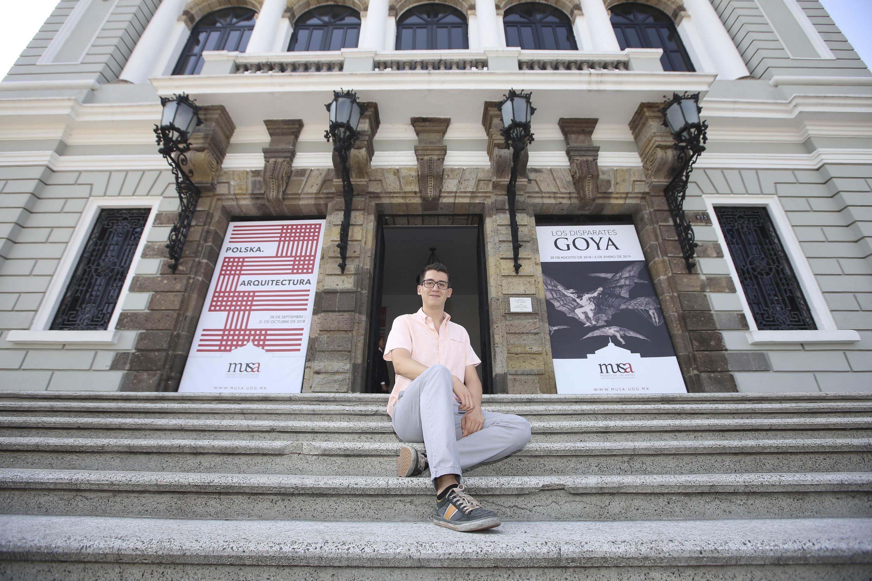 Luis Felipe Aceves Arias, egresado de la licenciatura en Médico Cirujano y Partero de la Universidad de Guadalajara, posando para toma de fotografía, en las escaleras del Museo de las Artes (MUSA).