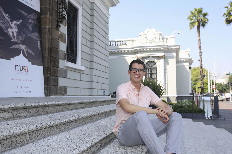 Egresado de la licenciatura en Médico Cirujano y Partero de la UdeG, Luis Felipe Aceves Arias, participando en entrevista.