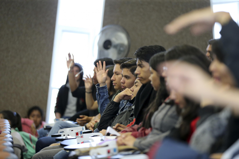 Alumnos de CUTONALA durante la conferencia inaugural del evento