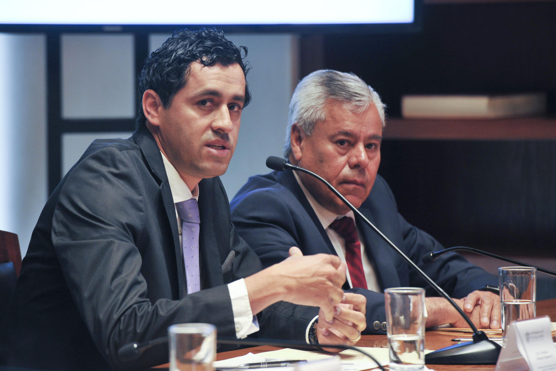 El delegado del INE en Jalisco, licenciado Carlos Manuel Rodríguez Morales, acompañado de otro asistente.