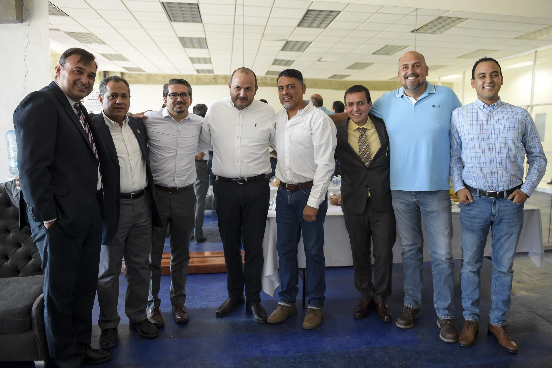 Autoridades de la Universidad de Guadalajara y exdirigentes de la Federación de Estudiantes Universitarios, asistentes al congreso y posando para toma de fotografía grupal