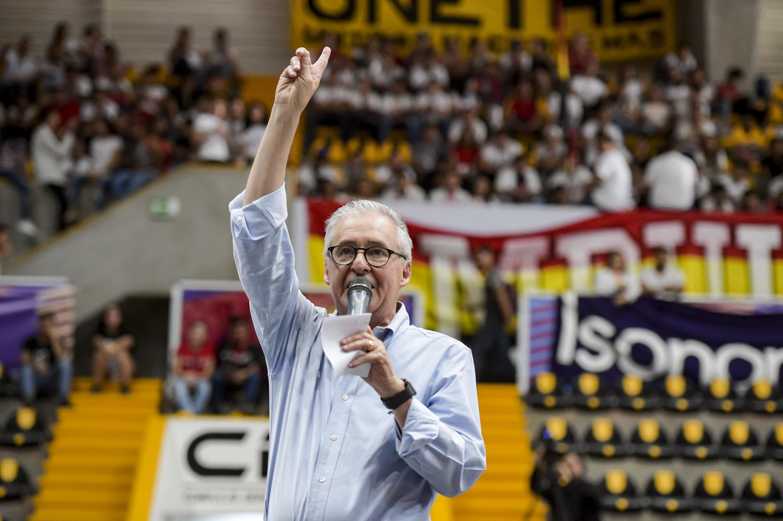 Secretario de Gobierno del Estado de Jalisco, maestro Juan Enrique Ibarra Pedroza, con micrófono en mano haciendo uso de la voz