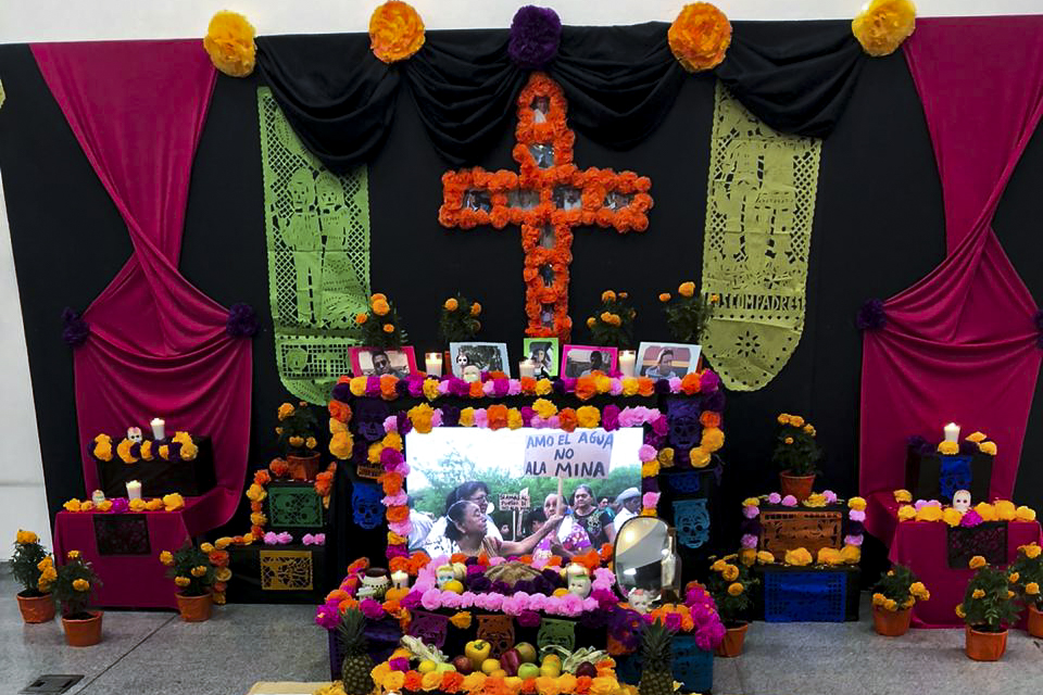 """Altar de muertos llamado """"Mártires por el medioambiente"""", inaugurado en la Biblioteca Pública Juan José Arreola"""
