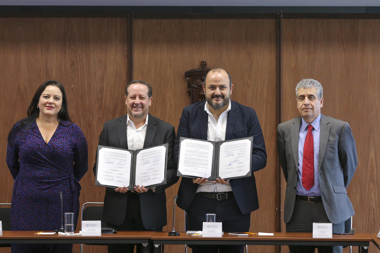 El Rector General de la UdeG, doctor Ricardo Villanueva Lomelí, junto con funcionarios de la UdeG y representantes de IBM, muestran el convenio
