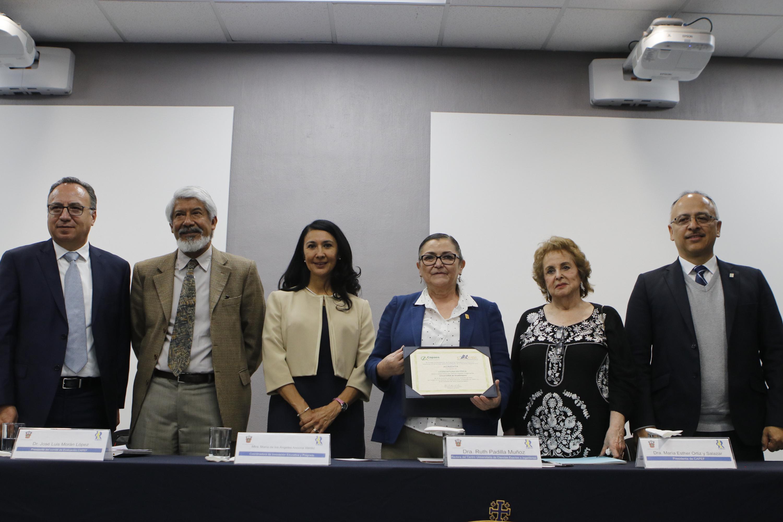 La doctora Ruth Padilla Muñoz, Rectora del CUCEI recibe el documento de acreditación