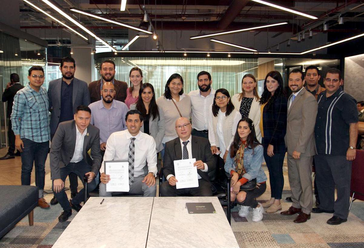 Rector del CUTonalá, maestro Alfredo Peña, con jóvenes empresarios y funcionarios universitarios