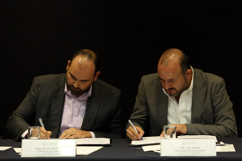 En la firma del documento de convenio el Rector General, doctor Ricardo Villanueva  y el Presidente municipal de Zapopan, Juan Antonio González Mora