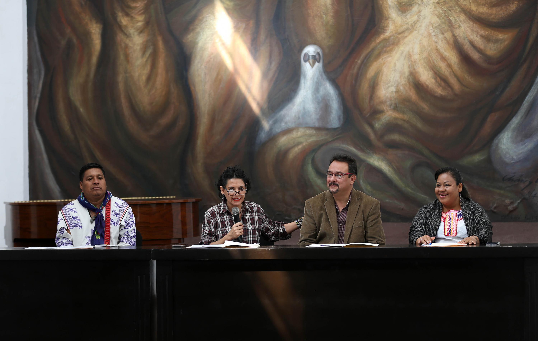 En la rueda de prensa, funcionarios de la UdeG, del municipio de tlaquepaque, se asociación civil indígena en la Plaza de la Comunicación