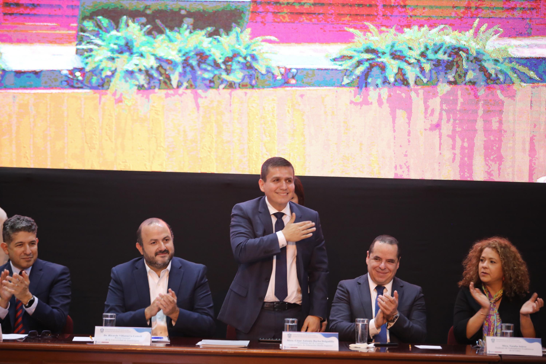 El director del SEMS, maestro César Barba Delgadillo agradece a los asistentes a su primer informe