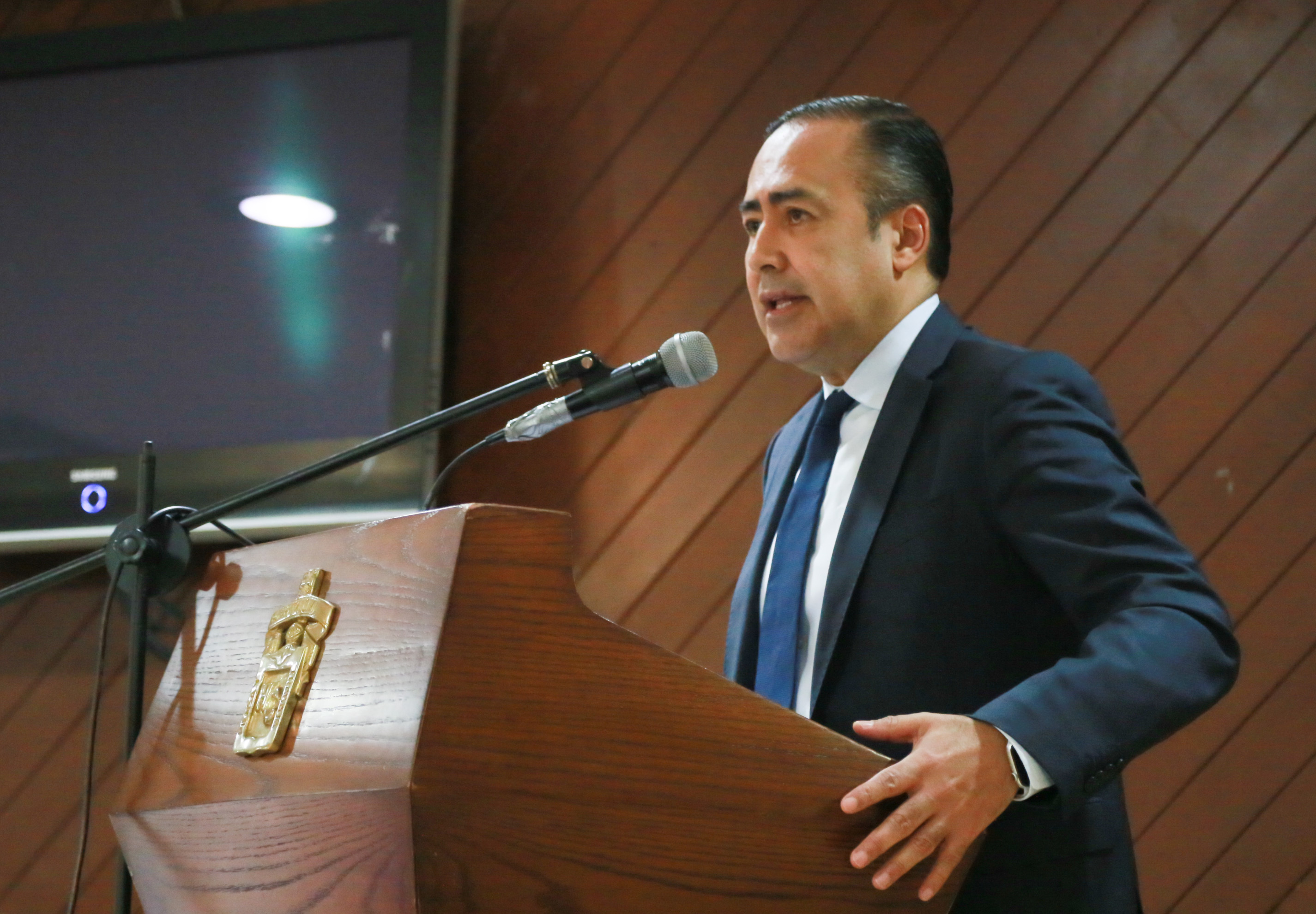 El doctor Jaime Andrade Villanueva, director general del Hospital Civil de Guadalajara, en su participación durante la conmemoración del Día Mundial de la Osteoporosis