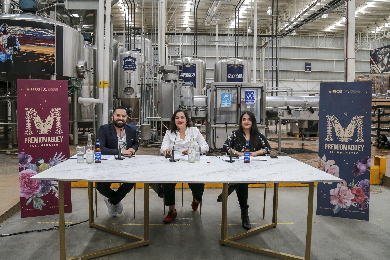 En la rueda de prensa, el director del Premio Maguey, Pavel Cortés; la directora del FICG, Estrella Araiza