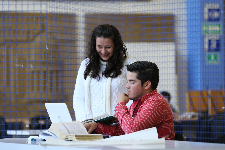 Dos estudiantes disfrutan de la lectura