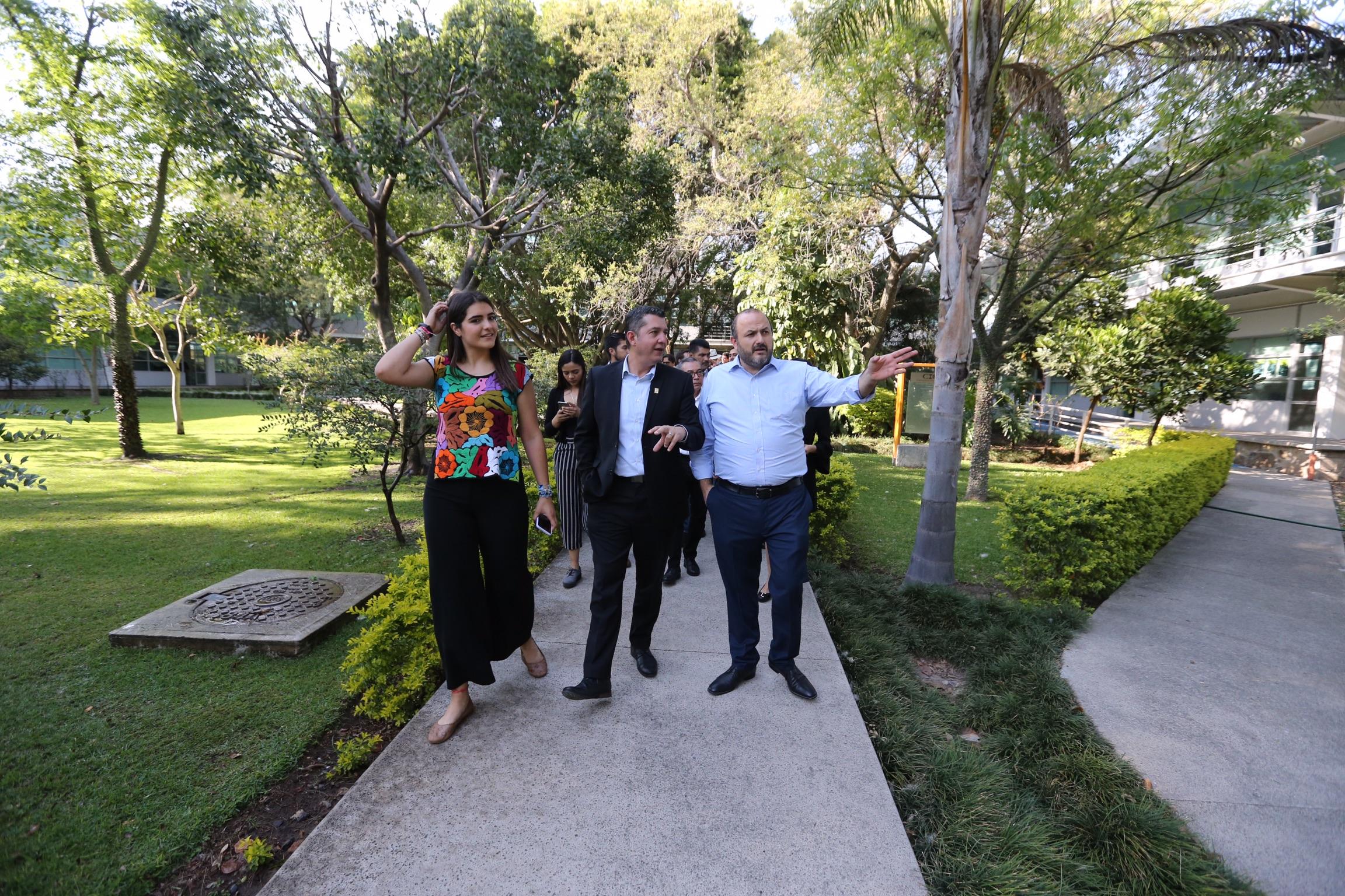 Durante el recorrido por las instalaciones del CUCEA, el Rector General y el Rector del CUCEA
