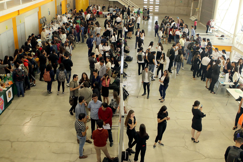 Durante la exposición, estudiantes se reúnen para observar la exposición de alimentos