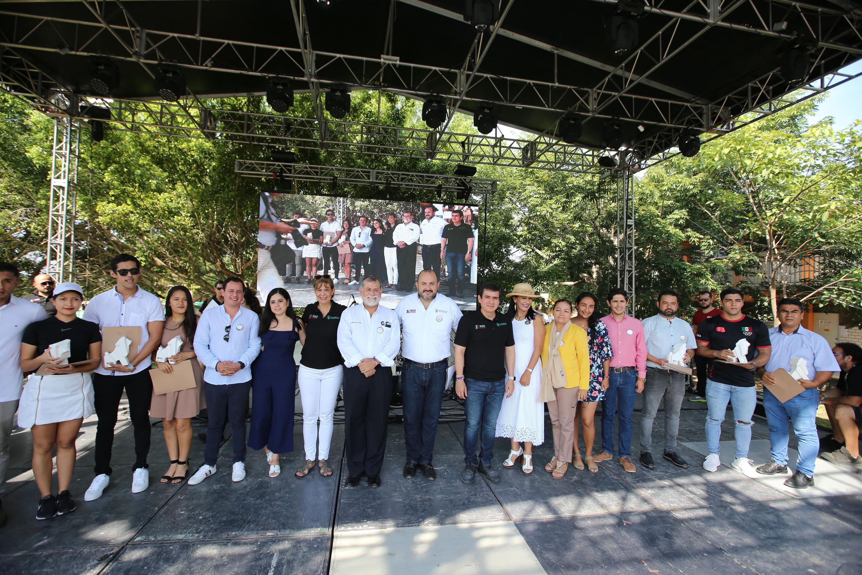 En el templete, el Rector General con miembros de la comunidad universitaria en los festejos