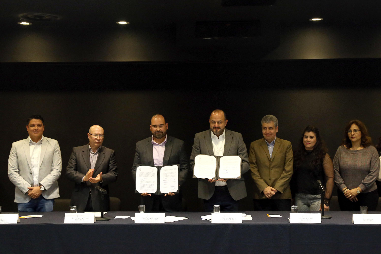 Enseñan los documentos de firma de convenio el Rector General; el Presidente municipal de Zapopan; el Rector del CUTonalá, Alfredo Peña, el Vicerrector Héctor Raúl Solís Gadea