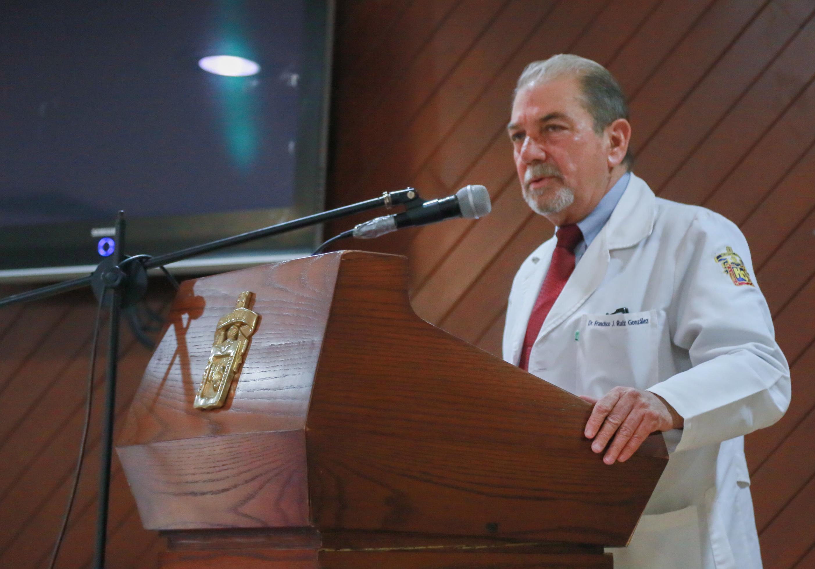 el doctor Francisco Ruiz González, connotado reumatólogo y jefe fundador de la Clínica de Osteoporosis del Antiguo Hospital Civil