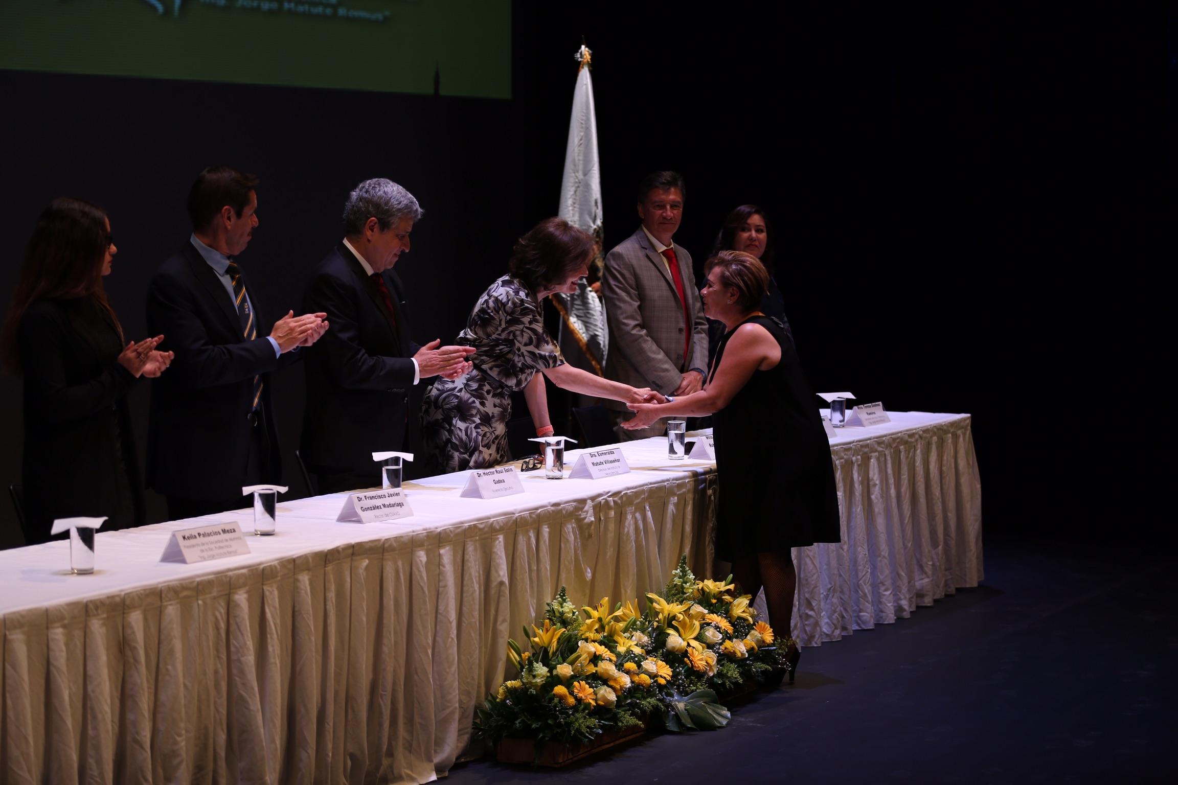 Recibe la presea La administrativa, licenciada Ana Griselda Chávez Pereyra (con 39 años de antigüedad)