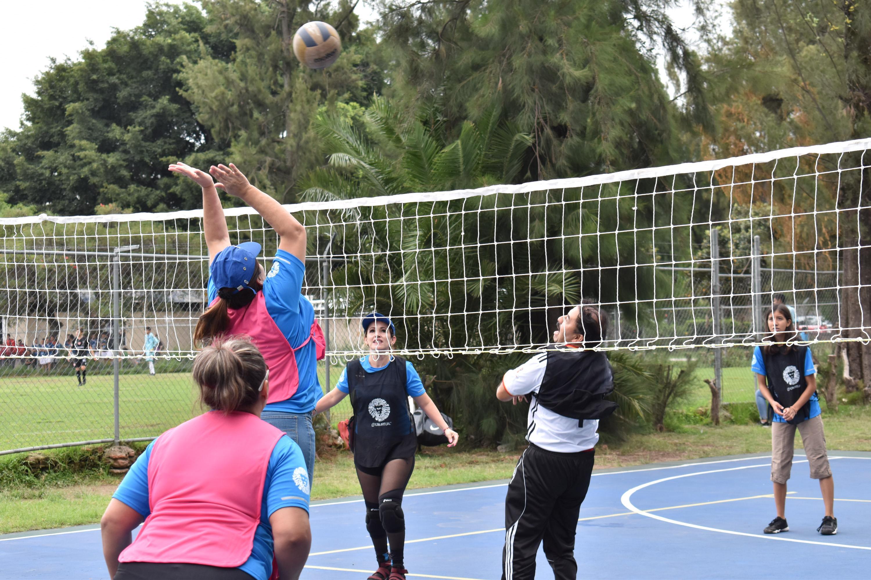 En el marco de los festejos del 25 aniversario de UDGVirtual, estudiantes juegan vólibol