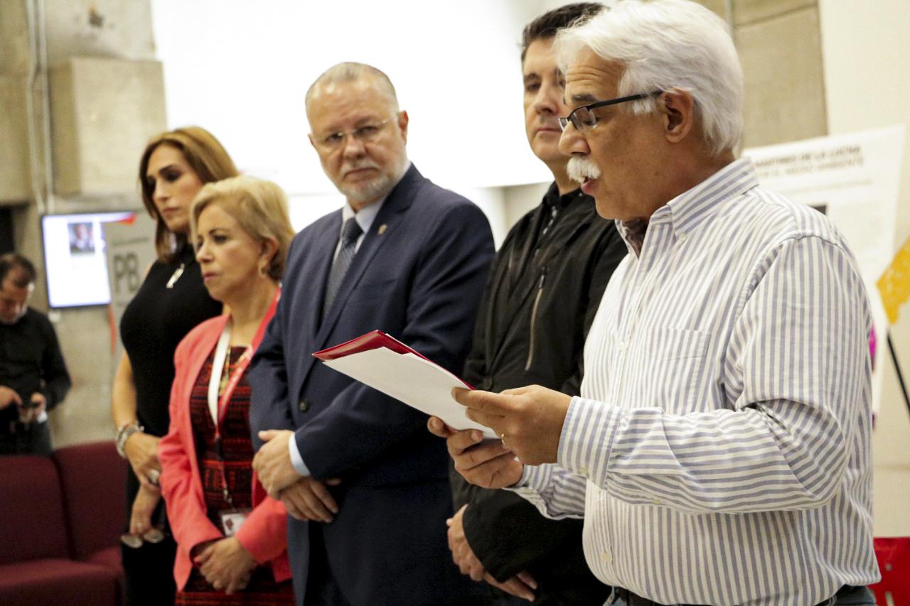 El doctor Eduardo Santana, director del Museo de Ciencias Ambientales en su participación durante la inauguración del altar de muertos en la BPEJ