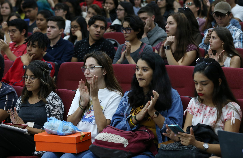 Estudiantes durante la conferencia que impartió en el auditorio del edificio D, del CUCSH campus Los Belenes