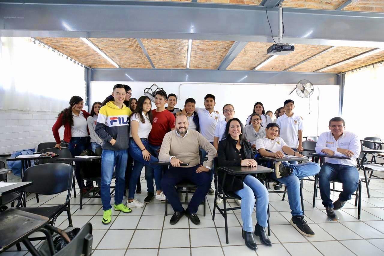El Rector General con trabajadores de la prepa de Amatitán