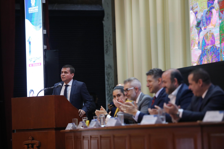 Durante su mensaje el director del SEMS, en el podio.